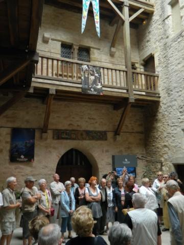 La cour intérieure de l'Office de tourisme avec le groupe