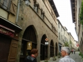 Rue principale de Cordes et l'Office de tourisme